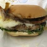 【食レポ】モスの「国産ベーコン&チーズ」とびきりハンバーグサンドの感想を会話してみた